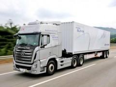 国内几乎很少见到外国卡车?_对接垃圾车