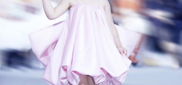 董璇三歲女兒小酒窩走秀 秀場上的小天使 可愛水靈