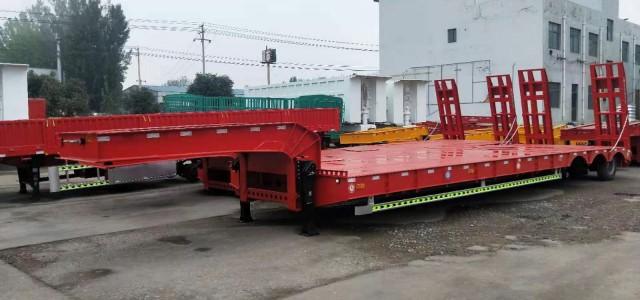 辽宁盘锦市10米低平板半挂车低价格_电动半挂管材运输车