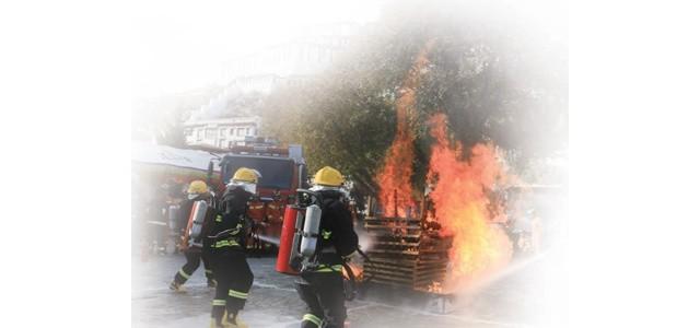不畏艰险 冲锋在前|消防员|救援_新浪军事_西格那抢险救援消防车